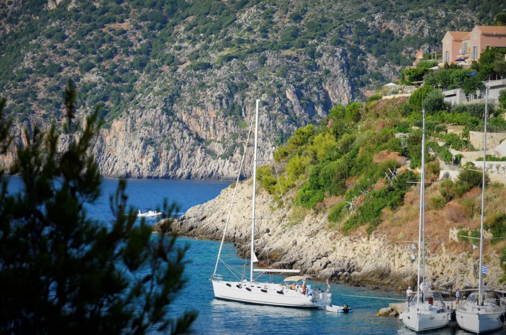 barca a vela o catamarano